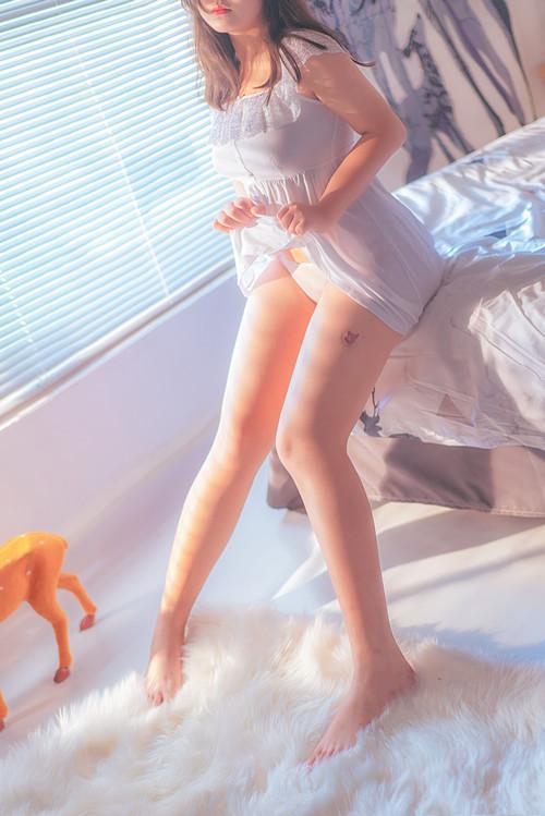 奈奈肉(肉肉奈) – 白色睡衣私房 [37P/1.53GB]
