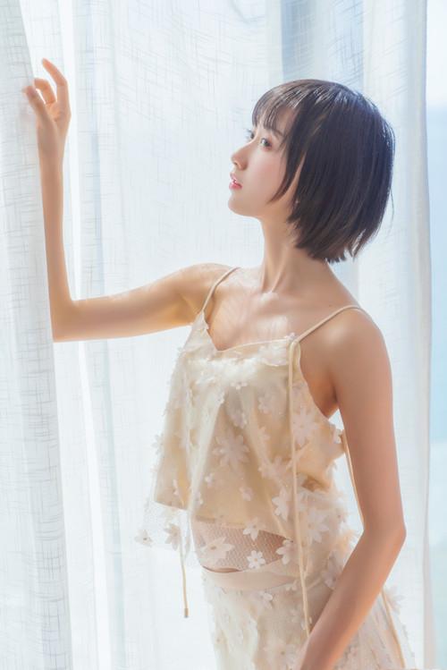 木绵绵OwO – 暖冬的海 米色裙子 [22P/513.32MB]